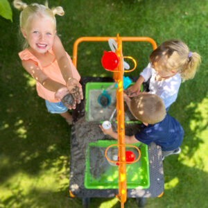 Kinder spielen mit dem mobilen Sand- Wassertisch