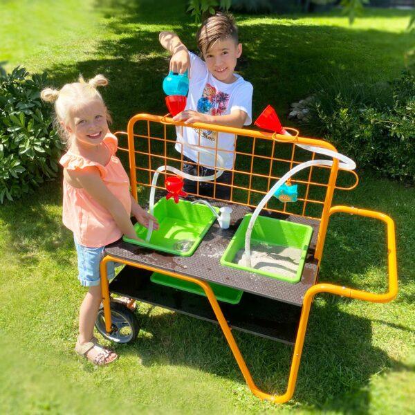 Kidner spielen mit Sand Wasser Tisch