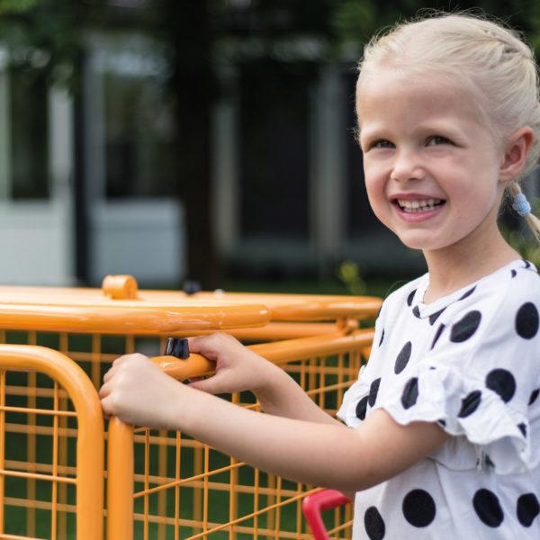 Ein Mädchen im Kindergartenalter demonstriert den neuen zusätzlichen Klemmschutz, der für noch mehr Sicherheit sorgt