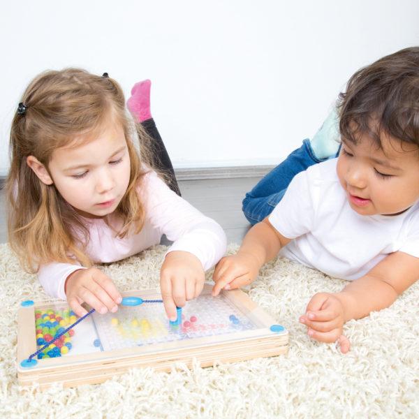 2 Kinder im Kindergartenalter spielen mit dem Lernspiel Logipic von beleduc