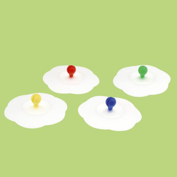 Die Becherabdeckung gibt es mit 4 verschiedenfarbigen Kärtchenhalterungen in rot, gelb, blau und grün