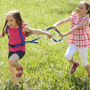 2 Mädchen im Kindergartenalter spielen Pferdchen mit der stabilen Laufleine