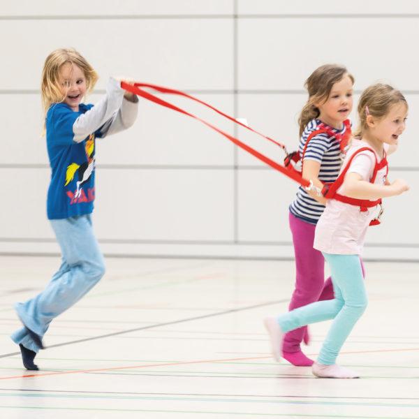 3 Kinder im Kindergartenalter spielen Pferdchen mit der stabilen Doppel-Laufleine mit Sicherheitsverschluß