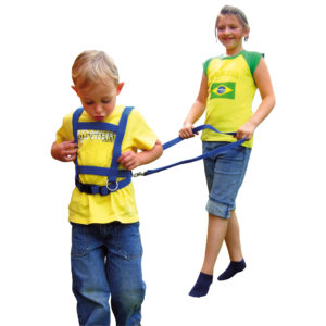 Zwei Kinder spielen mit der Laufleine Pferdchen