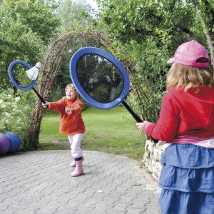 2 Kinder im Kindergartenalter spielen mit dem Mega Badminton Set bestehend aus 2 großen Schlägern und dazupassenden Federbällen