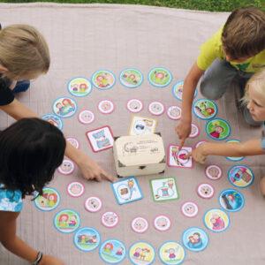 Kinder arbeiten mit der Schatzkiste der Gefühle und Bedürfnisse
