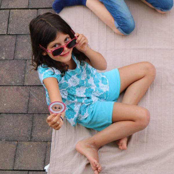 Kind spielt mit Gefühlskärtchen der Schatzkiste der Gefühle und Bedürfnisse
