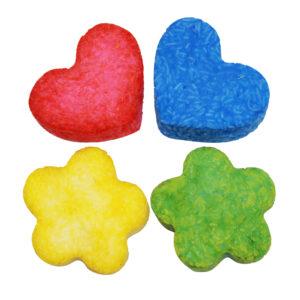 Beispiele für selbstgemachte Seifen mit dem Seifenknete Set: Herzen in Rot und Blau sowie Blumen in Grün und Gelb