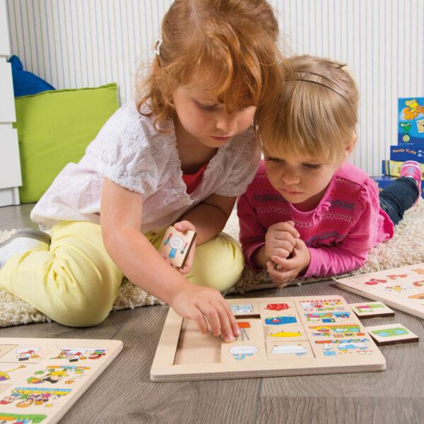 Kinder spielen mit Sortierpuzzle