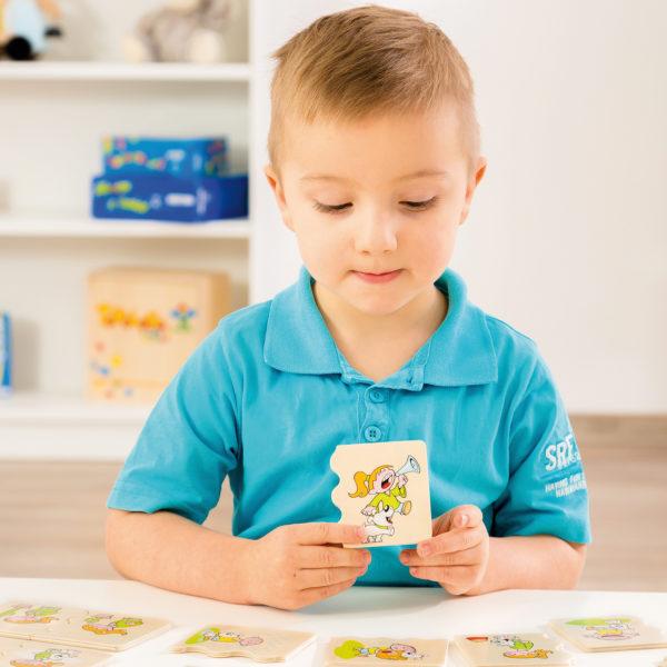 Kidn spielt Lernspiel aus Holz