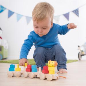 Kleinkind spielt mit dem Formenzug