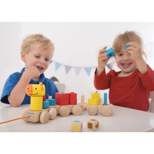Kindergartenkinder spielen mit dem Formenzug