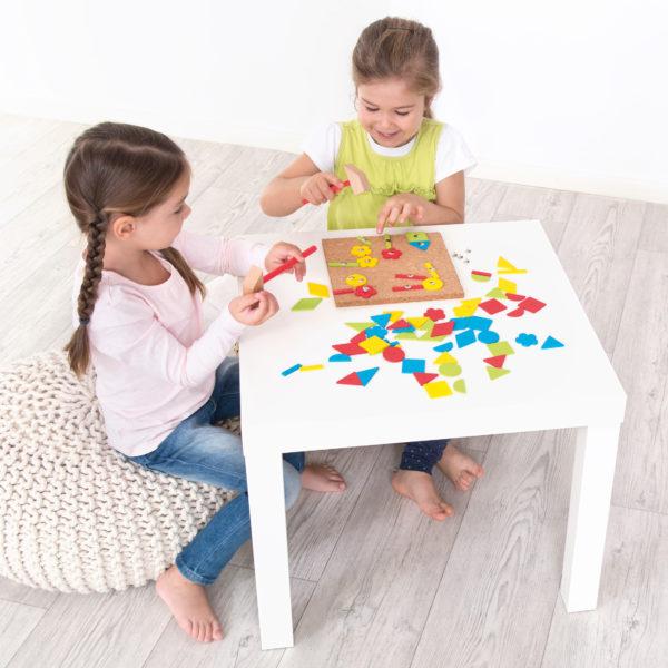 Kinder spielen Hammerspiel