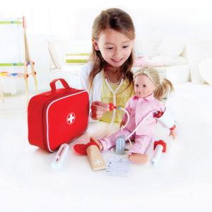 Kind spielt mit Arztkoffer