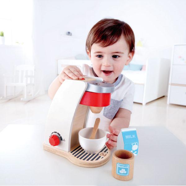 Kaffeemaschine von Hape aus Holz für Kinder in Kindergarten- und Schulalter
