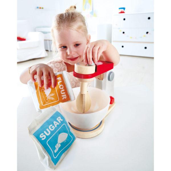 Kind spielt mit Mixer von Hape aus Holz