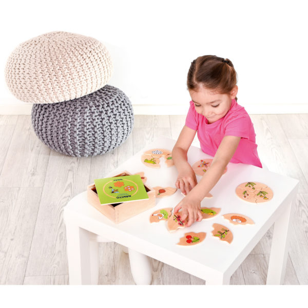 Kind spielt Lernspiel aus Holz