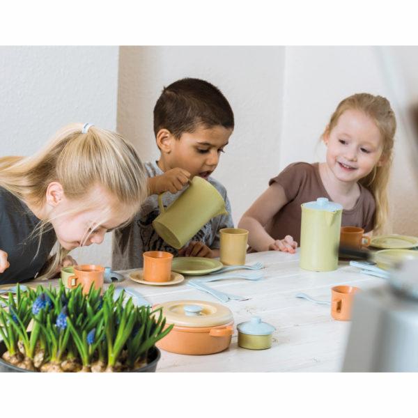 Kinder spielen mit Service aus recyclebarem Kunststoff