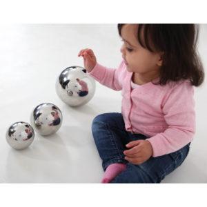 Kind spielt mit Sensorikkugeln