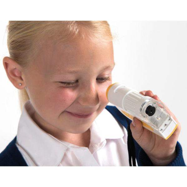 Kind schaut durch ein Mikroskop