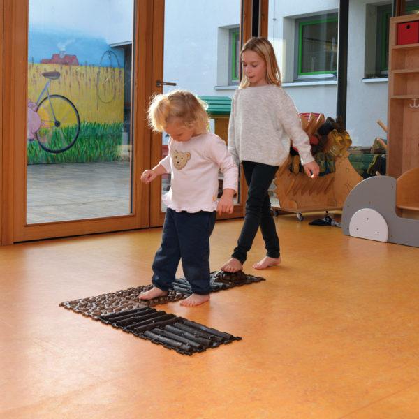 Kinder gehen den Sensorik Naturpfad