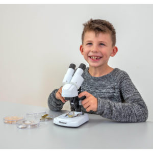 Kind mit Mikroskop