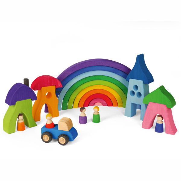 Kleine Welt aufgebaut aus bunten Holzbausteinen von Bauspiel