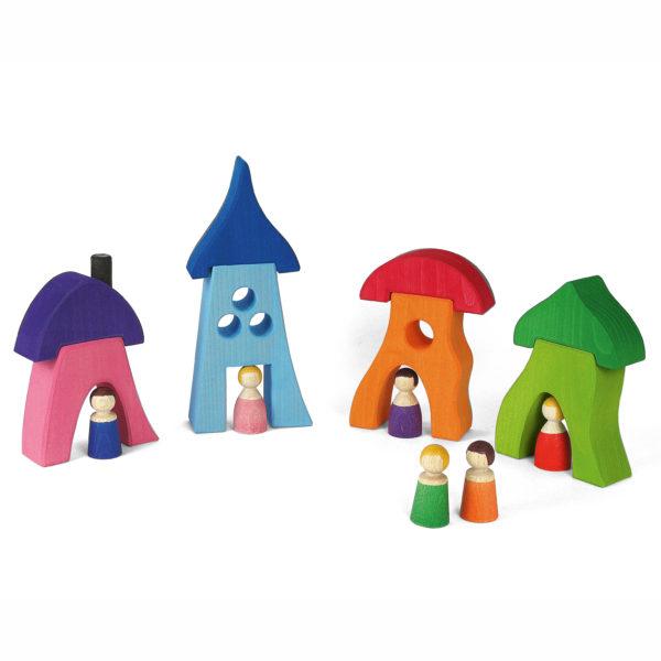 Vier bunte Häuser aus Holz mit Holzfiguren