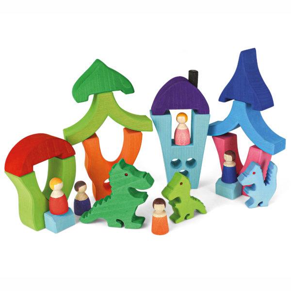 Spieldorf aus Holzbausteinen mit Holzfiguren und Holzdrachen