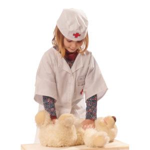 Kind spielt Arzt mit Arztkittel