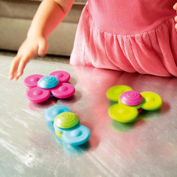 Kind spielt mit Saugnapfkreisel