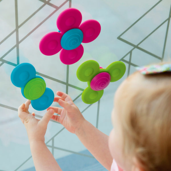 Kind spielt mit Suagnapfkreisel