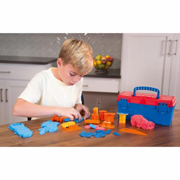 Kind spielt mit Wunderknete