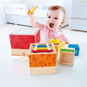 Kind spielt Musik Stapelwürfel