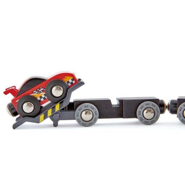 Rennwagen wird auf Transporter aufgeladen