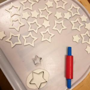 Sterne ausgestochen aus weißer Modelliermasse, die an der Luft trocknet