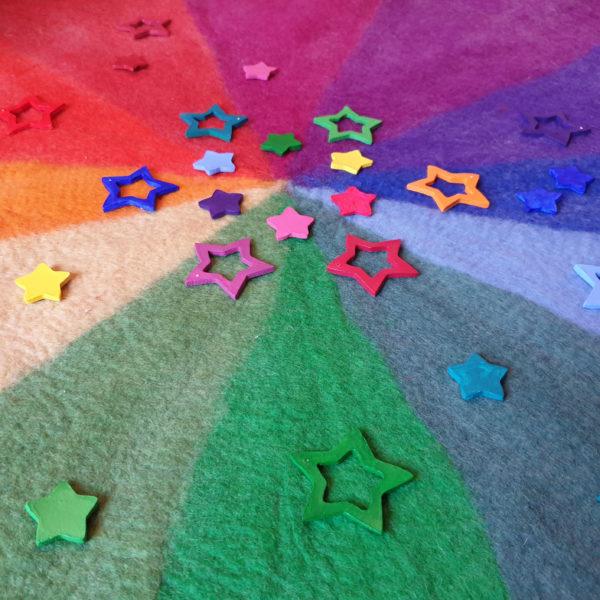 Bunte Sterne aus weißer Modelliermasse bemalt mit Crilix Acrylfarbe aufgelegt auf dem Farbenkreis