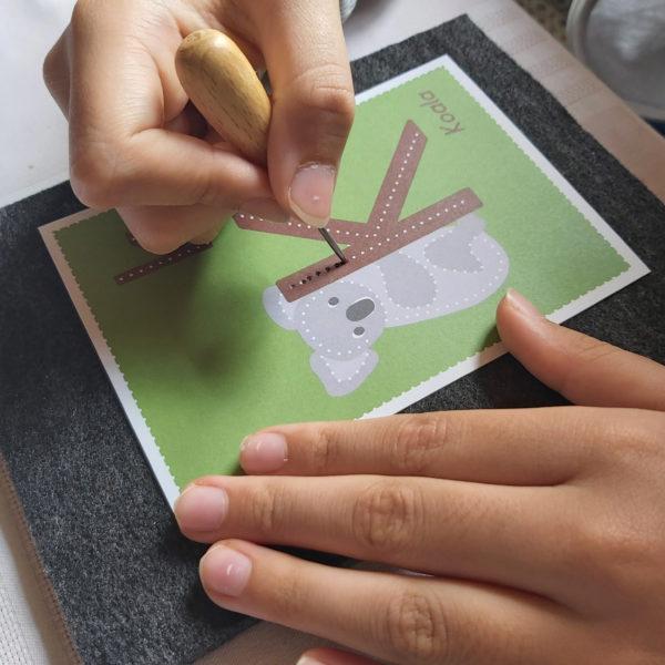 Kind bearbeitet Prickel-Karte