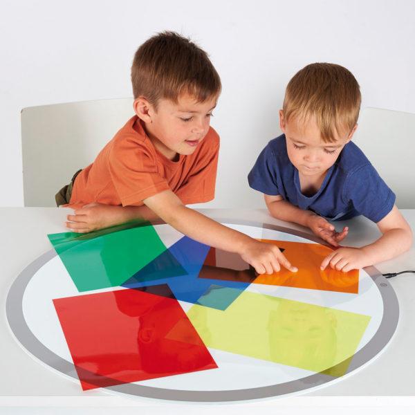 Kinder basteln mit bunten Transparentbögen