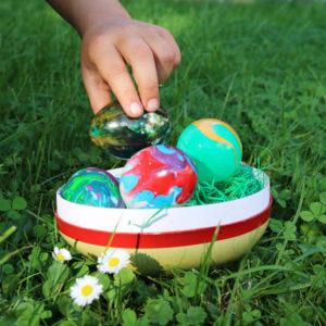 Bemalte Eier aus Kunststoff für das Osternest