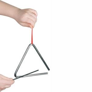 Kind schlägt Triangel an