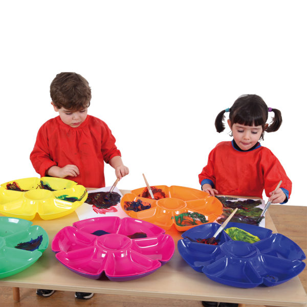 Kinder malen mit Farbe in Schalen