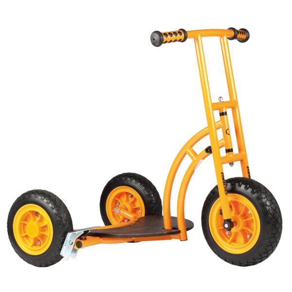 Seitenansicht des orangfarbenen Rollers Beng mit Bremse von beleduc für Kinder ab dem Kindergartenalter