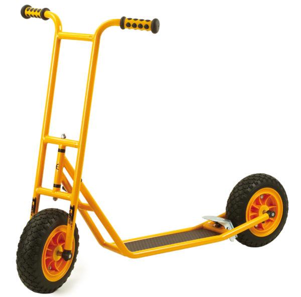 Seitenansicht des orangfarbenen Rollers Scooter groß mit Bremse von beleduc für Kinder ab dem Vorschulalter