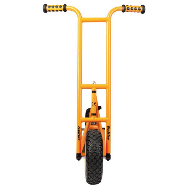 Frontansicht des orangfarbenen Rollers Scooter groß mit Bremse von beleduc für Kinder ab dem Vorschulalter