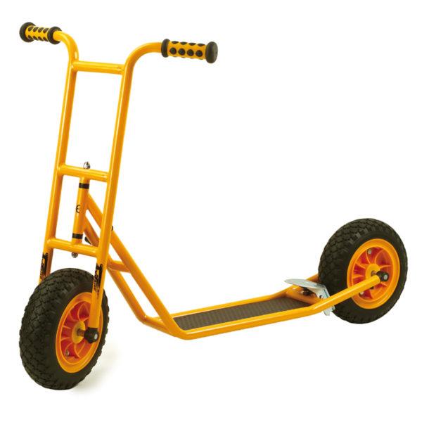 Seitenansicht des orangfarbenen Rollers Scooter klein mit Bremse von beleduc für Kinder ab dem Kindergartenalter