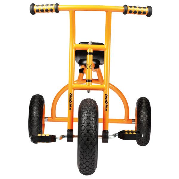 Frontansicht des orangfarbenen Dreirads Rookie mit einer besonders langen und somit bequemen Sitzfläche von beleduc für Kinder ab 4 Jahren