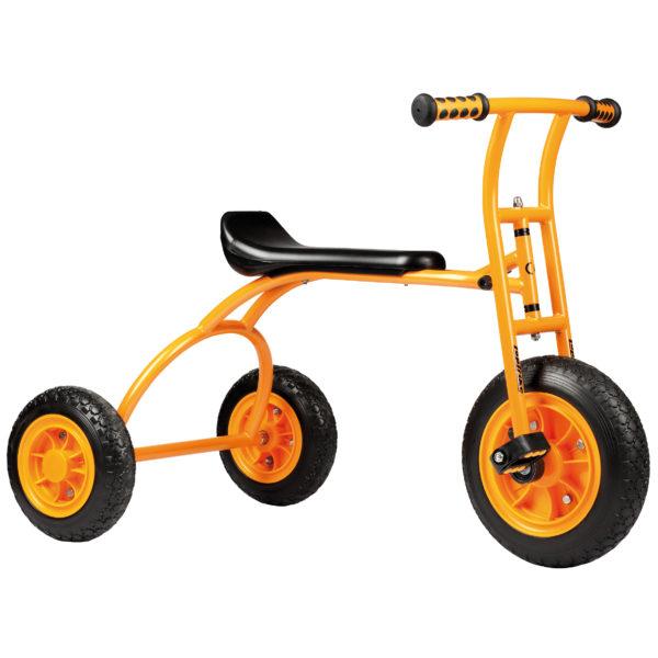 Seitenansicht des orangfarbenen Dreirads Rookie mit einer besonders langen und somit bequemen Sitzfläche von beleduc für Kinder ab 4 Jahren
