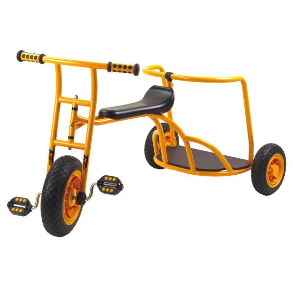 Seitenansicht des orangfarbenen Dreirads Express mit einem Stand für Mitfahrer von beleduc für Kinder ab 4 Jahren