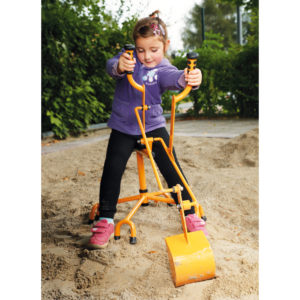 Kind im Kindergartenalter arbeitet in der Sandkiste auf dem großen Schaufelbagger von beleduc
